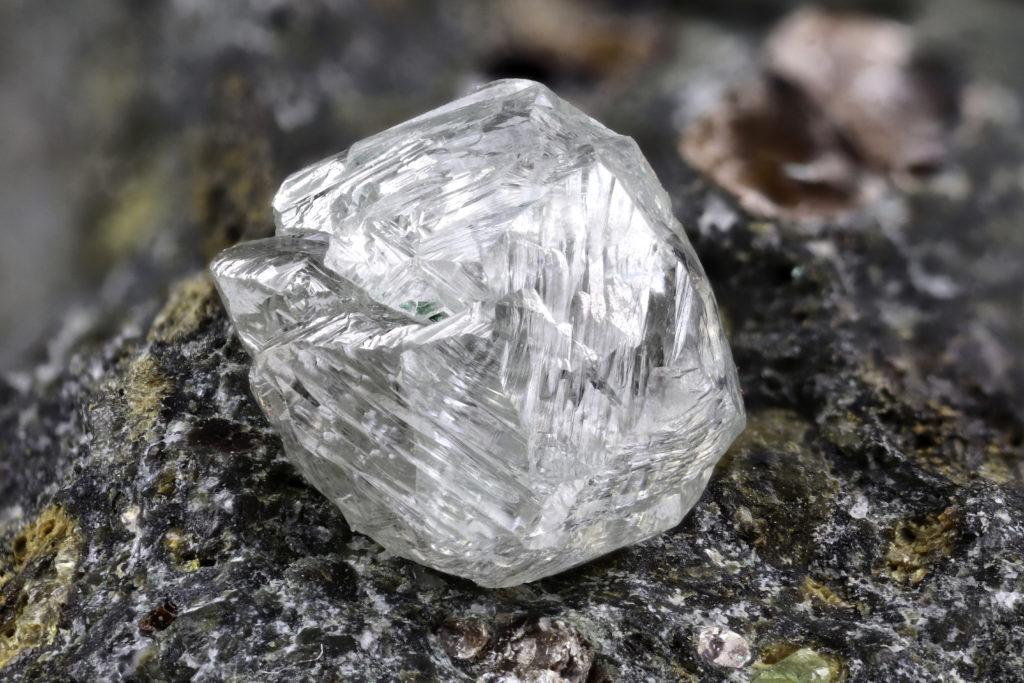 灰色 宝石