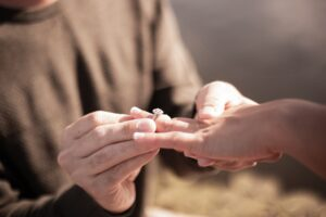 エンゲージリング(結婚指輪)とは?どんな意味や由来がある?