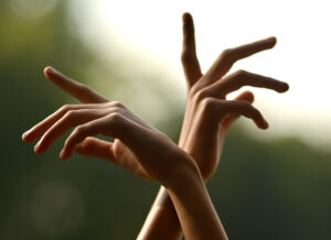 ピンキーリングとは左手と右手、どちらにつける指輪?運を引き込むのはこっちの小指!